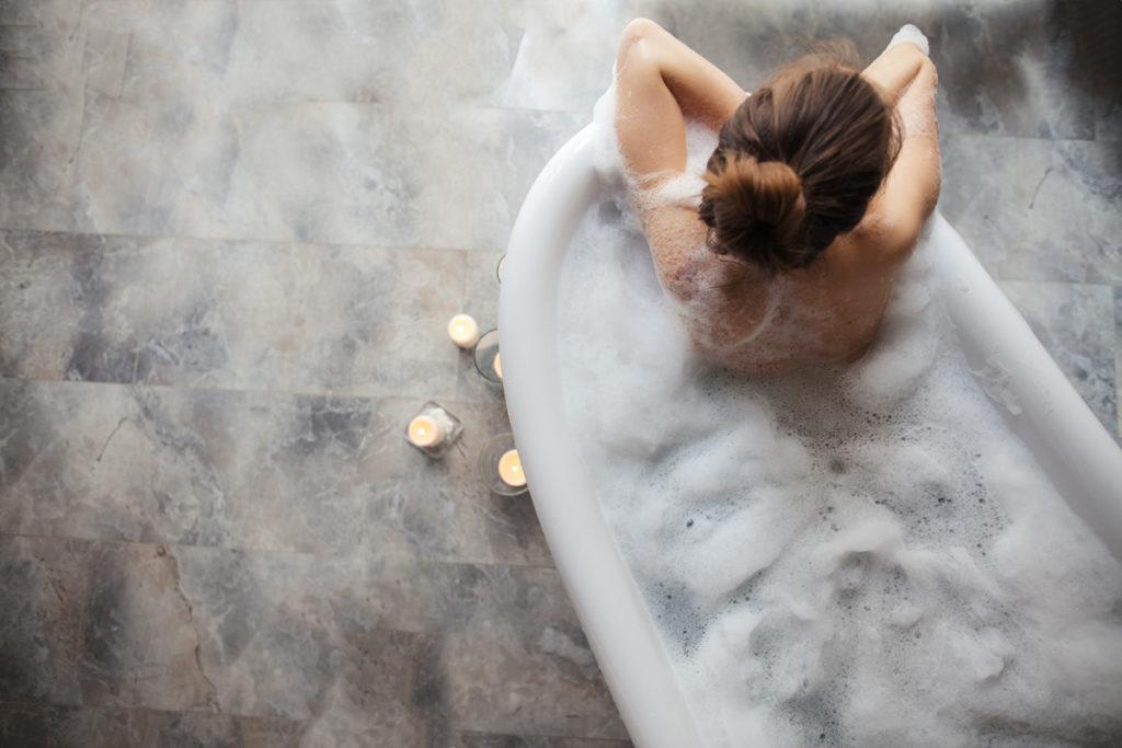 اكتشف حلولاً لمخاوف العناية الأنثوية|| Freepik Feminine shower gel and cotton flower over blue